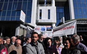 7769793691_des-opposants-a-la-reforme-du-systeme-de-sante-grec-ce-lundi-17-fevrier-2013-pres-d-athenes